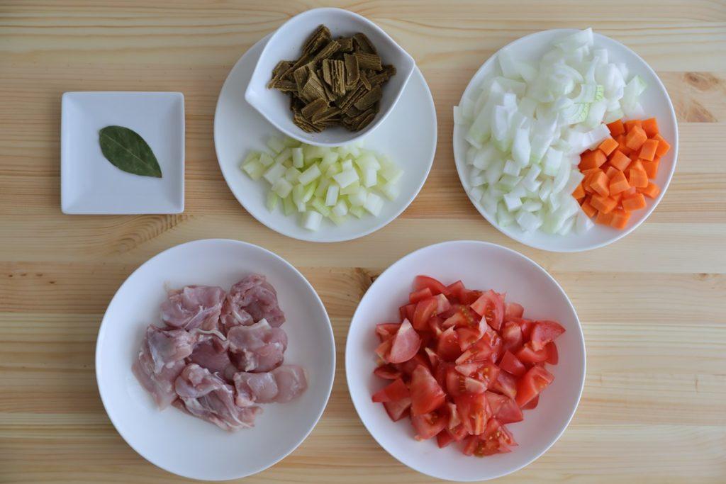 アイリスオーヤマの電気圧力鍋【KPC-MA2】レシピ「無水カレー」材料切ったところ