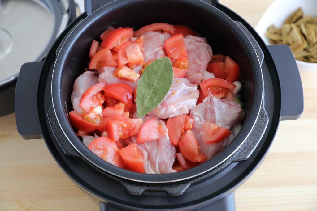 アイリスオーヤマの電気圧力鍋【KPC-MA2】レシピ「無水カレー」材料を内釜に入れたところ